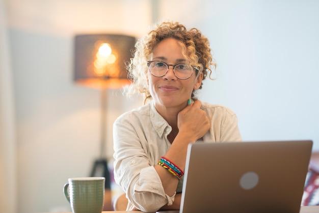 Moderne online zakenvrouw die thuis werkt en geniet van een gratis levensstijl