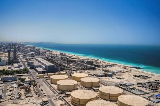 Moderne ontziltingsinstallatie aan de oevers van de arabische golf