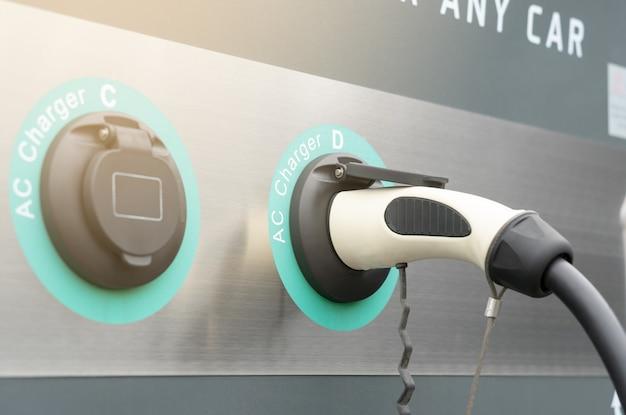 Moderne oplader voor elektrische auto's in het ev-laadstation, geen vervuiling door groene brandstof of hybride voertuigtechnologie