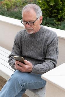 Moderne oudere man buitenshuis