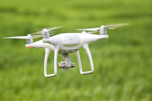 Moderne quadcopter die over veld vliegt