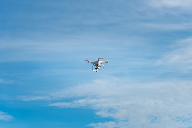 Moderne rc drone / quadcopter met camera vliegen