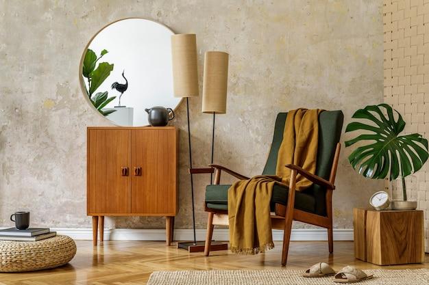 Moderne retro compositie van woonkamer interieur met design fauteuil, poef, theepot op het dienblad, plant, plaid, tapijt, decoratie en elegante persoonlijke accessoires in wabi sabi concept.