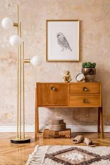 Moderne retro compositie van woonkamer met houten vintage commode, meubels, lamp, plant, tapijt, kussens, gouden posterframe, planten, decoratie en persoonlijke accessoires.