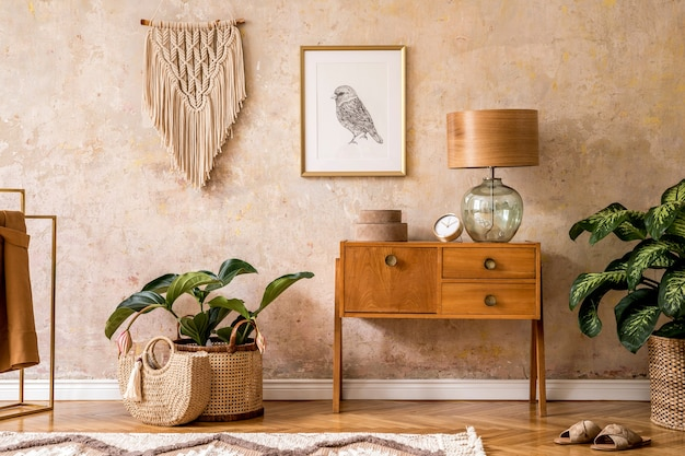 Moderne retro compositie van woonkamer met houten vintage meubelen
