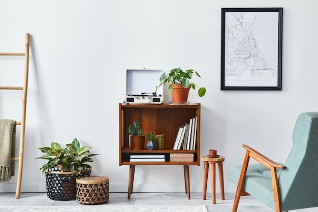 Moderne retro compositie van woonkamerinterieur met design houten kast, stijlvolle fauteuil, posterkaart, planten, vinylrecorder, boeken en persoonlijke accessoires in woondecoratie.