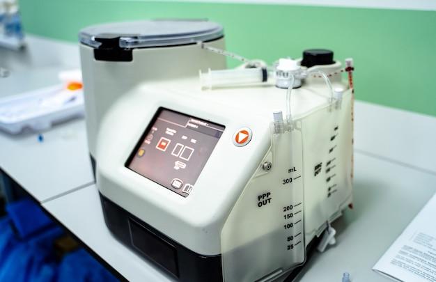 Moderne robotmachine voor het centrifugeren van bloed- en urineonderzoek. longontsteking diagnosticeren. covid-19 en coronavirus identificatie. pandemie.