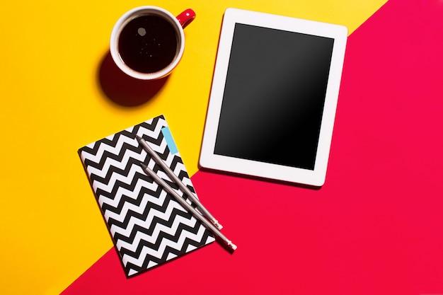 Moderne rode bureau tafel met smartphone en kopje koffie.