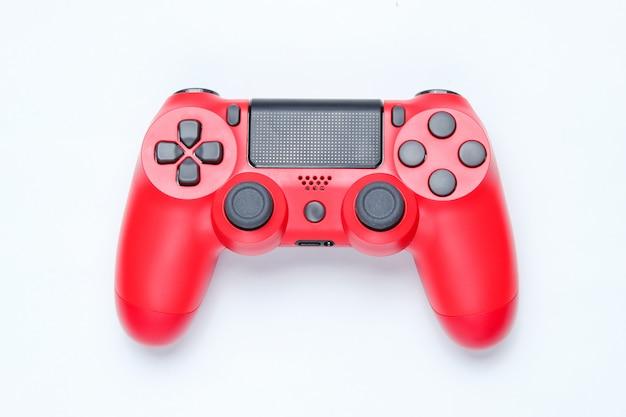 Moderne rode gamepad op grijze achtergrond.