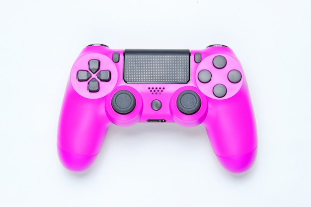 Moderne roze plastic gamepad op grijze achtergrond.