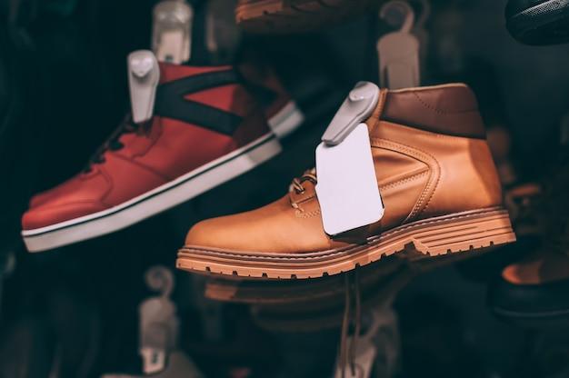 Moderne schoenen op een showcase in een supermarkt.