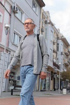 Moderne senior man buiten lopen