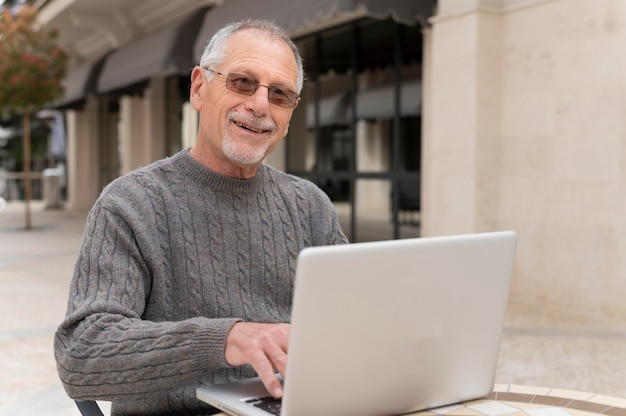 Moderne senior man die in de stad woont