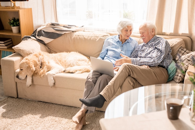 Moderne senior paar genieten van weekend