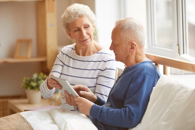 Moderne senior paar met behulp van tablet pc