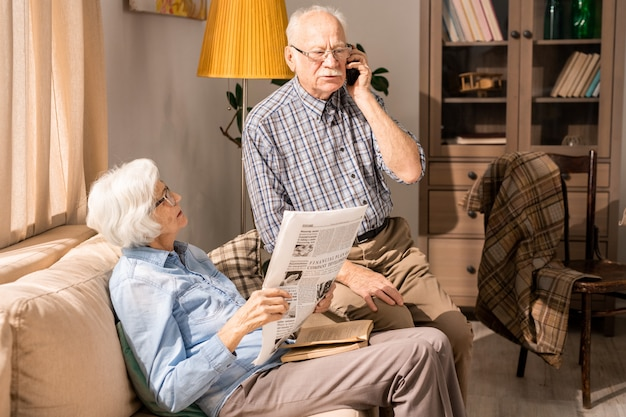 Moderne senior paar thuis