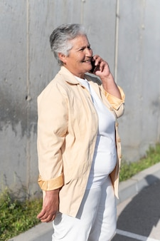 Moderne senior vrouw die in de stad woont