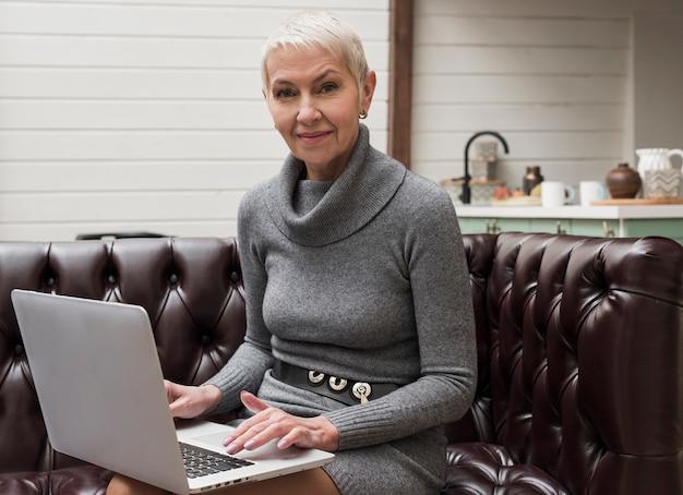 Moderne senior vrouw die van technologie houdt