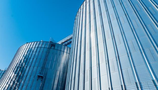 Moderne silo's voor het opslaan van graanoogst. landbouw.