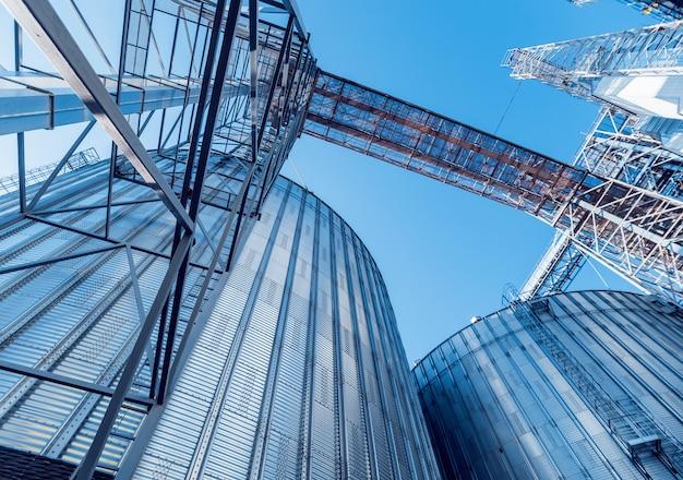 Moderne silo's voor het opslaan van graanoogst.