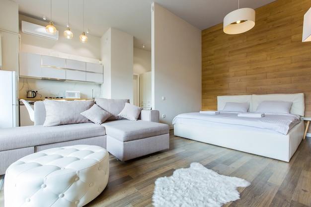 Moderne slaapkamer met groot stijlvol bed modern design met kleine keuken
