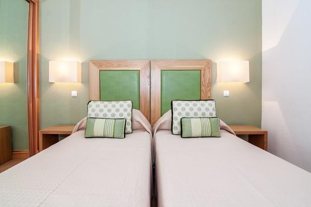 Moderne slaapkamer met tweepersoonsbed.