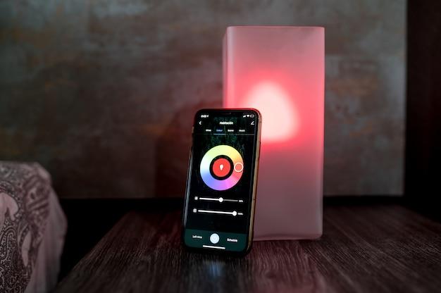 Moderne smartphone met kleurselectie op nachtkastje geplaatst