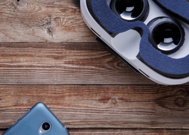 Moderne smartphone met leeg scherm en virtual reality-bril