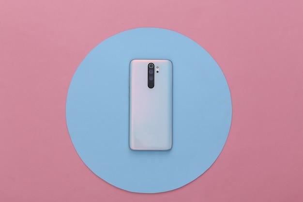 Moderne smartphone terug met lenzen op een blauw roze