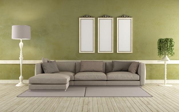 Moderne sofa in een oude kamer met groene muur