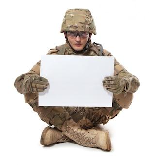 Moderne soldaat met een poster