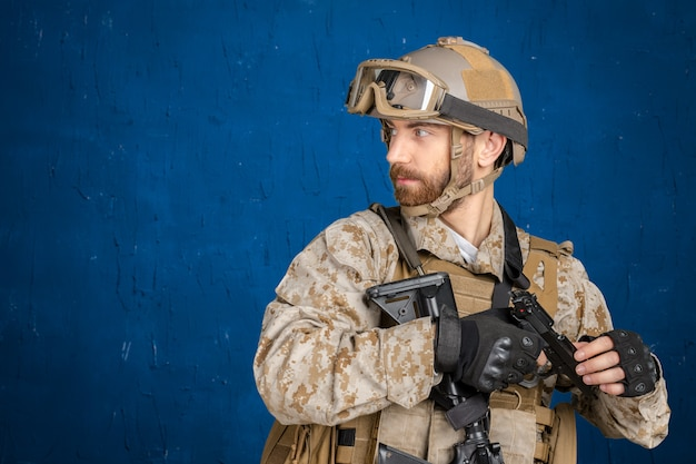 Moderne soldaat met pistool