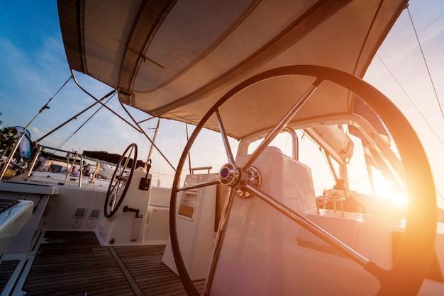 Moderne speedboot jacht stuurwielen.