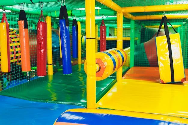 Moderne speeltuin binnen. kinderen jungle in een speelkamer. ronde tunnel in kindergymnastiek.