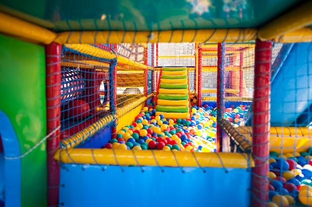 Moderne speeltuin voor actieve kinderen buitenshuis