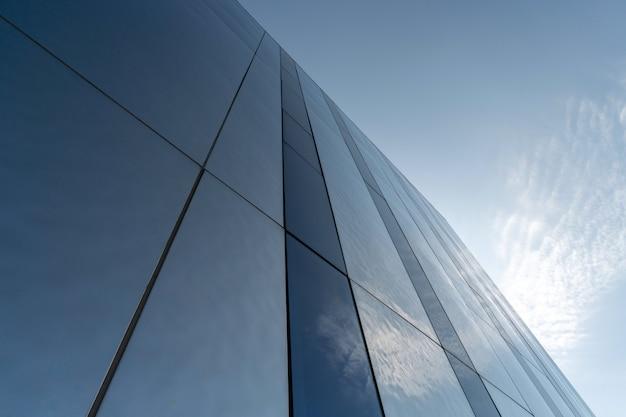 Moderne spiegelmuurdecoratie van commercieel centrum, exemplaarruimte. onderaanzicht op textuur van exterieurontwerp. hedendaags patroon van gebouwen. opzoeken.
