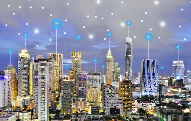 Moderne stad bij schemering met draadloos communicatieconcept van de netwerkverbinding