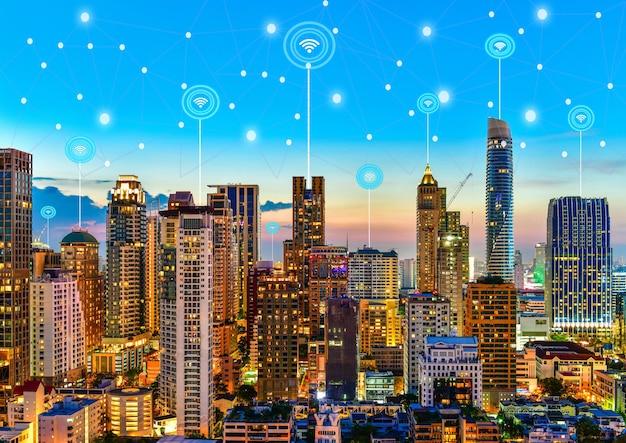Moderne stad bij schemering met netwerkverbinding draadloos communicatieconcept