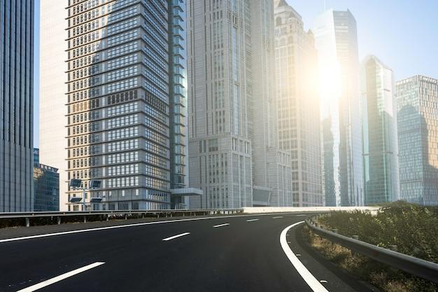 Moderne stad en zonlicht