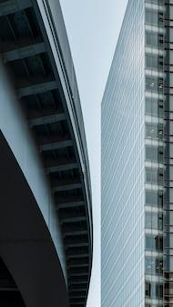 Moderne stad met gebouwen bij daglicht