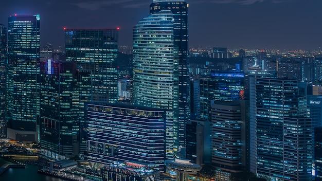 Moderne stad met licht 's nachts