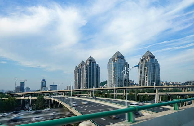 Moderne stad weg viaduct en kantoorgebouwen