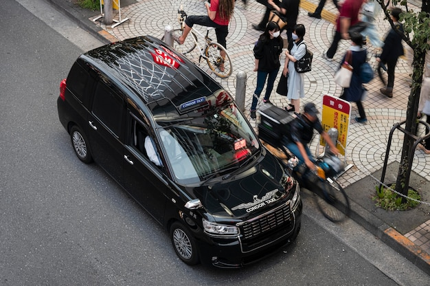 Moderne stadsauto op straat