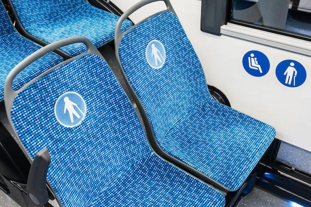 Moderne stadsbus of bus met zitplaatsen voor gehandicapten