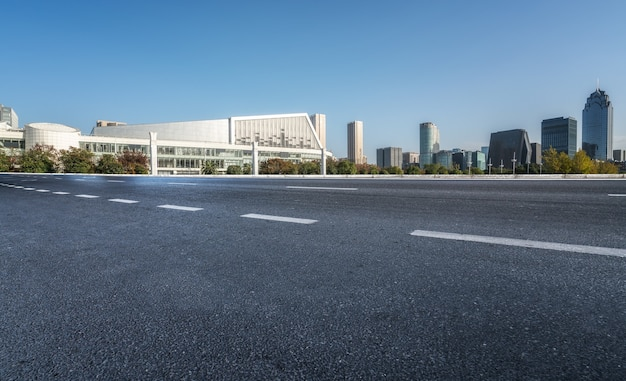 Moderne stadsgebouwen en straten in ningbo, china