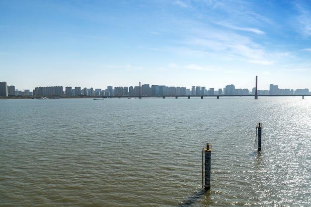 Moderne stadshorizon in qiantang-rivier nieuwe stad, hangzhou, china