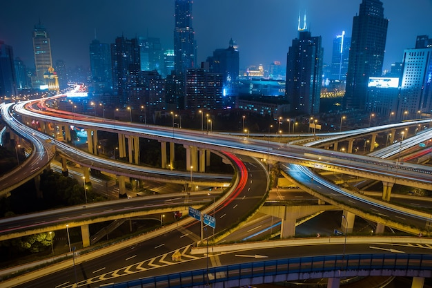 Moderne stadsverkeerweg 's nachts, vervoersknooppunt