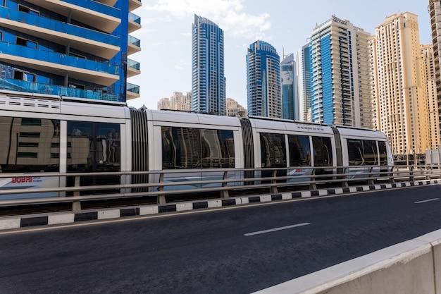 Moderne stadswolkenkrabber bij de stad van dubai in verenigde arabische emiraten