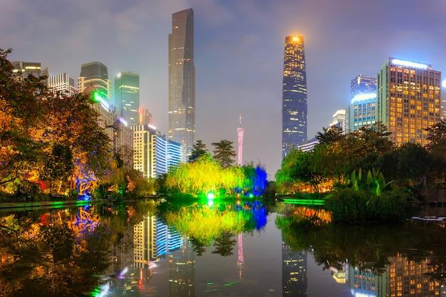Moderne stedelijke nachtmening en waterkantgebouwen in het park in guangzhou, china