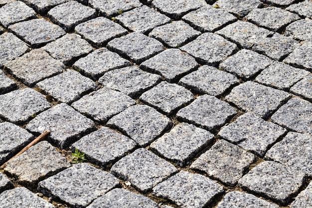 Moderne steen en geplaveide weg die tot een imitatie van oud, close-up leiden